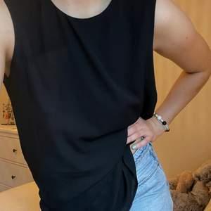 En superfin lång och oanvänd svart blus från Easy Wear med öppning på sidorna 🖤