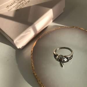Jättegullig ring 🍄 köpt här på plick men var tyvvär lite för stor för mig :( 12 kr frakt. Diameter 1,8 cm.