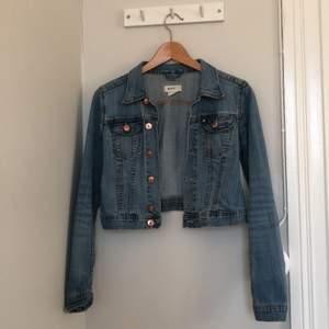Väldigt fin och klassisk jeans jacka, passar till allt! I väldigt bra skick.