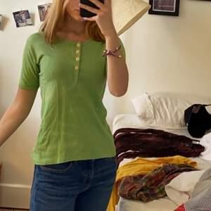 Ljusgrön tröja med knappar. Såg nu att det var lite blekta ränder (sista bilden) man tänker verkligen inte på dom, syns knappt. Lite tight runt armarna.