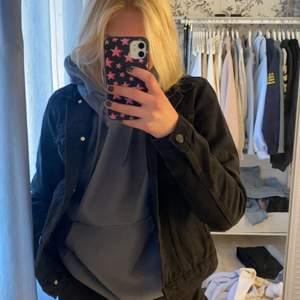 Säljer denna svarta jeansjacka i mycket bra skick. Stl 36, från Zalando. Säljer då jag vill köpa som är mer oversized 🖤🖤 200kr + 66 i frakt! (Spårbar frakt)
