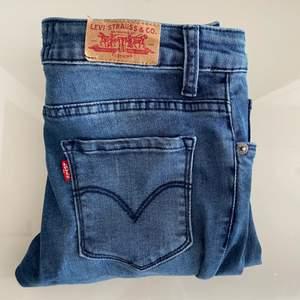 Säljer mina Levis jeans i modellen 711 skinny i storlek 14 barn, men är som storlek 34-36. Använda några få gånger och är i mycketbra skick.🥰