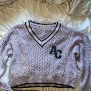 Jätteskön stickad lila tröja från Urban outfitters💖Använd fåtal ggr. Säljs pga kommer inte till användning. Du betalar frakten!💖