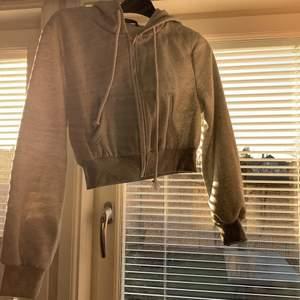 En helt ny sweatshirt ifrån shein aldrig andvänd pågrund av storleken❤️ den är liten i storlekn så jag är en s och tog m för att få den stoleken jag ville ha