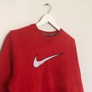 Vintage Nike Sweatshirt med en stor broderad swoosh i mitten. Den är i storlek Large, men passar mindre (Be för mått). Den har en liten fläck som man kan se på sista bilden.