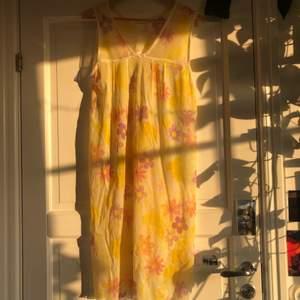 En jätte fin vintage mesh klänning med motiv. Säljer då den aldrig kommit till användning. Jätte fin till alla tillfällen! Köparen står för frakten <33