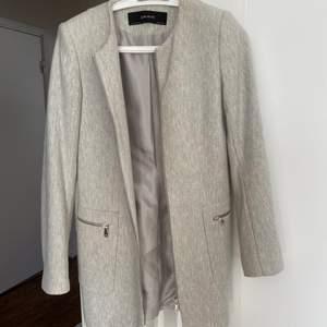Ljusgrå kappa från Zara. Jättefin till våren och hösten 🥰