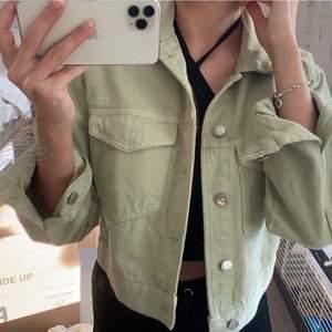 En jeansjacka i en fin grön, använd endast ett fåtal gånger och är i nyskick. Säljes pga inte min stil.