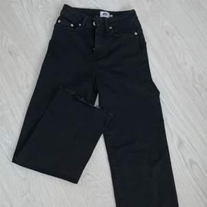 Svarta raka jeans från lager157, dom är inte egenklippta där nere utan sol var så nör jag köpte dom. Passar bra i längden till er som är runt 150-155, bara använda typ 2 gånger. På mig sitter dom inte lika korta som på bilder