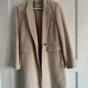 Beige kappa från Gerard Darel i storlek 40 skulle säga att den passar en 36-38 perfekt