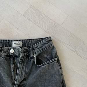 Hej! Säljer mina supersnygga wideleg jeans ifrån NA-KD. De är från deras reborn collection och är supersköna. Älskar de men vill köpa nya blåa istället. Frakt tillkommer 💓