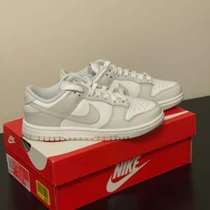 Helt nya och oanvända Nike dunk Photon dust i storlek 36. Fler bilder och kvitto finns. Skickas dubbelboxat med spårbar frakt som köparen står för. Skicka dm vid frågor eller funderingar! Priset kan diskuteras vid snabb affär😁