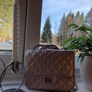 En jätte fin Axel väska som tyvärr inte kommer till användning här hemma, den är som ny och köptes för något år sedan på NewYorker. Inuti finns det ett stort fack utan dragkedja, ett litet med dragkedja och en på andra sidan utan dragkedja vilket ni kan se på bild nummer 3.