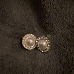 Säljer dessa jätte fina örhängen som inte kommer till användning. Helt nya aldrig använda. Köparen står för frakt💞🌸🤍
