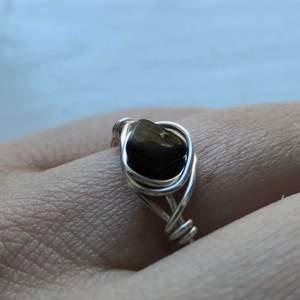 Här är vår första ring som egentligen brun, men svart pga dåligt ljus. Tiger öga är bra för motivation, så dennna hjälper mycket nu på slutet av terminen. Den e också väldigt stilig lol. Ståltråden är silver:) Alla ringar kan skapas i alla ring storlekar.