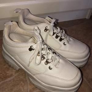 Vita chunky sneakers som använts 1 gång🤍🤎 strlk 38 men passar om du har 37-37,5 oxå☺️💕 är lite skitiga under men inget som märks✨ köparen står för frakten, går att diskutera pris☺️