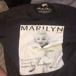 marilyn monroe tröja köpt från h&m januari 2020 ca, inte använd jättemycket men huuur skön som helst, XS men skulle säga lite overzised och sitter löst och skönt, säljer för knappt någon användning 💖