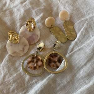 Söta örhängen i (målad) guld från H&M! Så fina nu till vår och sommar när solen kommer ut🍓✨ säljs tillsammans då det saknas pluppar till alla örhängen. Skriv privat för bilder på när de sitter på