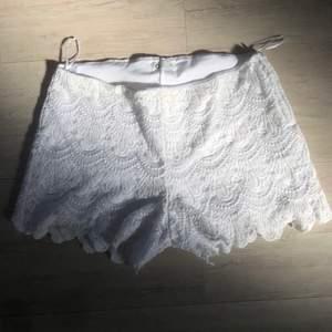 Snygga spets shorts från Cubus i strl XS. Vit spets mönster, tight passform, lite kortare, midrise. Super söta till sommaren men passar tyvärr inte längre.
