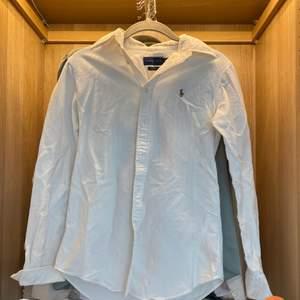 Vit ralph lauren skjorta! några fläckar (vet ej om de går bort eller inte)