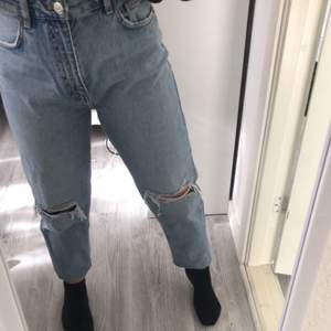 Fruktansvärt snygga blåa jeans ifrån Zara🤍 Säljer för att de aldrig har kommit till användning! Jeansen är högmidjade och går inåt nere vid foten.