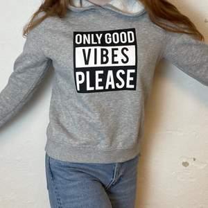 En grå mjuk hoodie med tryck från Gina tricot stl M men skulle säga att den passar Mer åt S