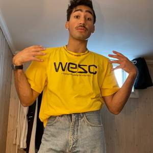Cool gul WESC tröja med trevlig halvkrage. Köptes på WESC för 600:-,