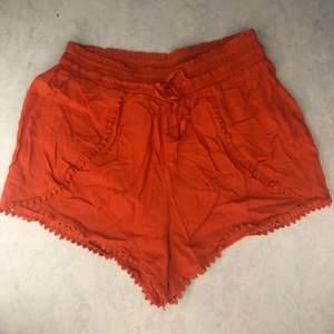 Orangea shorts från Primark i storlek 36. Har tyvärr blivit för små till mig, men modellen är väldigt fin och lite luftigare än vanliga shorts. Har fina detaljer längs nedre kanten och vid fickorna. Perfekta till sommaren🧡