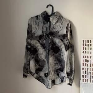 Skjorta i 70-tals mönster, i storlek S.