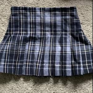 Hjälper min syster sälja kläder hon inte använder! Jättefin kjol från Weekday i storlek 34. Köpare står för frakt på 45 kr🤍 Skriv privat för fler bilder!