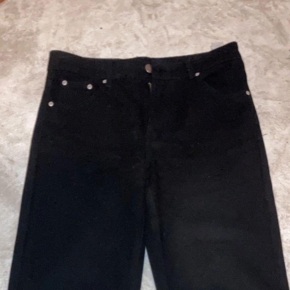 Jätte fina enkla breda  svarta högmidjade  jeans från bohoo använd nån gång men för lösa i midjan på mig💓💓stl 36 . Jeans & Byxor.