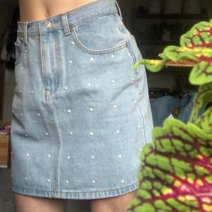 Jättesöt ljusblå jeanskjol med små pärlor på framsidan. Möter gärna upp i Växjö, annars tillkommer fraktkostnad🥰