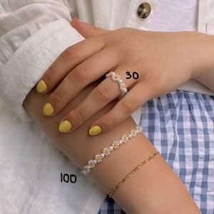 Säljer egengjorda smycken av seed beads och elastiskt band 🌸 Armband med bara pärlor 30kr st 🌸 Armband med blommor runt hela 100kr 🌸 Armband med blommor runt hela men med mellanrum (andra bilden, andra uppifrån) 60kr 🌸 Ringar med bara pärlor 15kr 🌸 Ringar med blommor runt hela 30kr 🌸 Ringar med en blomma 20kr 🌸 Kontakta mig för färgval och storlek. Frakt kostar 12kr.