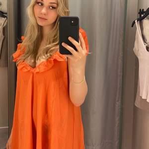 Orange klänning med volang från hm, oanvänd och endast testad 🧡 slutsåld på hemsidan