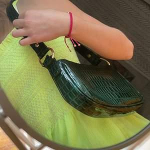 Säljer den här mörkgröna axelremsväska i ormmönster. Passar till det mesta! Endast testad och är som sprillans ny🤩