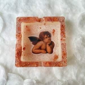Hemmagjord askkopp i resin! Roségulds folie & glitter, bild på en ängel. Den har ett litet fel på ängeln, det hade blivit en grop så fixade i efterhand, och det blev sådär... därav billigare pris! Betalning via Swish och du står för frakt 😇