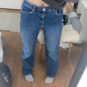 Superfina jeans ifrån WERA. Sitter löst i midjan på mig som vanligtvis är 36. Högmidjade men i och med att de sitter löst kan de även klassas som mid-waist. Strl 36, men sitter nog perfekt på någon som är strl 38🥰🥰