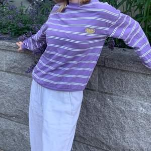 SPÅRBAR FRAKT INGÅR I PRISET: Supersnygg populär sweatshirt från junkyard. Härlig lila färg och inte mycket använd. Superfin nu i sommar men även senare delen av året 💜💜