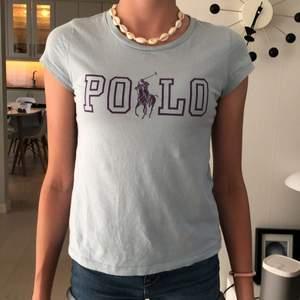 Säljer denna polo ralph Lauren T-shirt med bra skick i storlek 146-152. Säljer eftersom att den är för liten💗