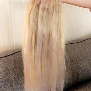 Säljer mitt fina äkta löshår för har bytt hårfärg💕 håret är äkta och kan stylas på olika sätt och är endast använt ca 3 gånger💕 det är 7 delar med en fin ljus blond färg som är slingat vilket gör att de smälter in bra i håret, fråga för bilder💕💕