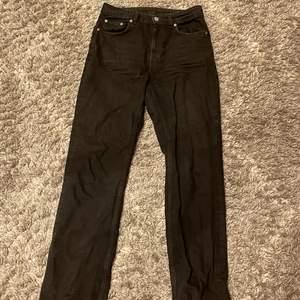 Nästan helt oanvända svarta jeans från Weekday i modellen Voyage. För fler bilder eller andra frågor är det bara att kontakta mig!💕