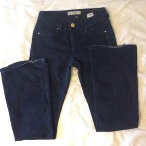 Fina mörkblå jeans! Midrise/highwaist...(W28 L32) midjemått 74,5cm innerbenslängd 80cm