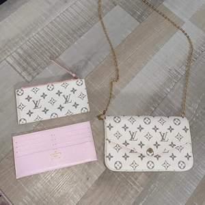 En helt ny och oanvänd Louis Vuitton väska i vit färg med 3 delar. Inte äkta, dock en väldigt bra kopia. Alla 3 medföljer. Den fraktas spårbart, finns annars att hämta i malmö