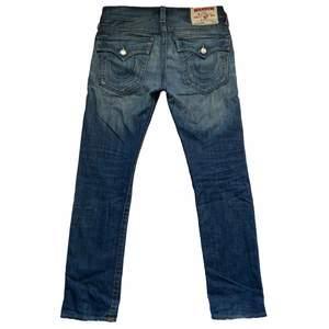 Vintage Mens True Religion jeans. Säljer två andra Truies på min profil :) Innerbens längd: 82cm Midjemått: 48cm. Rak fit och låg midja. Skick: 9/10.