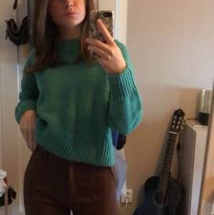 En grön jättefin stickad tröja från Lindex som man inte kan köpa längre i butik. Använts få tal gånger och är därför i nyskick. ❤️  den är i storlek M men passar mig superbra som vanligtvis har XS eller S. Pris kan diskuteras!