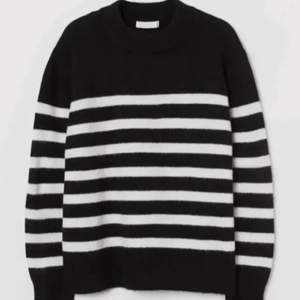 Säljer nu min trendiga stickade tröja från H&M i storlek M, passar alltifrån S till L! Använd ca 2 gåner och är i jättefint skick💕 HÖGSTA BUD: 180kr