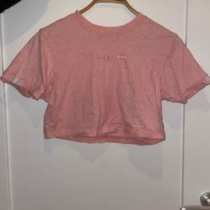 En ljus rosa crop top från Adidas i bra skick. Storlek S.