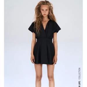 Säljer just nu några klänningar ifrån Zara, som tyvärr inte passade mig i storleken och missade tyvärr att returnera dem. Klänningarna är endast testade, alltså i nyskick. Kontakta mig vid intresse eller lämna bud i kommentarerna! ☺️ (bild lånad ifrån Zara.com).                                                                                !!Skrynklig på bild eftersom den legat i kartongen sen beställningen kom🥰!!