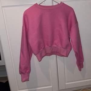 Säljer min bby rosa magtröja hoodie, jätteskön och fin köpte min från bikbok. Ifall ni är intresserade av bältet på andra bilden hör av er!