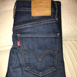 Super snygga Levis jeans i bra skick. Säljer då de tyvärr är för små för mig.                                        Nypris: 1 199kr🦋